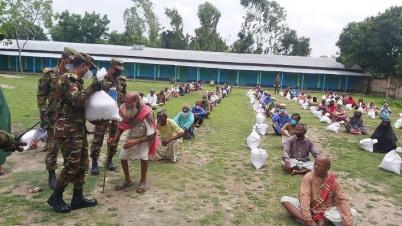 ঠাকুরগাঁওয়ে ৬৫০ পরিবারকে খাদ্য সহায়তা দিল সেনাবাহিনী