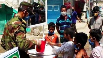 কুমিল্লায় পথশিশু ও সিএনজি চালকদের হাত ধুয়ে দিল সেনাবাহিনী