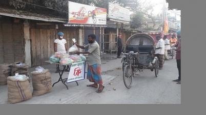 'ফ্রি' খাদ্য সামগ্রী বিতরণ করছে স্বেচ্ছাসেবকরা