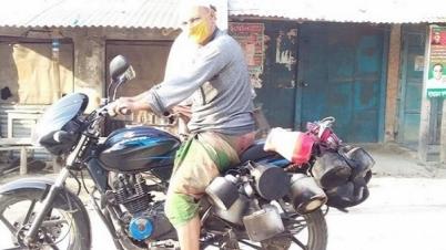 ঝিনাইদহে আড্ডা ঠেকাতে কেটলি নিয়ে খাবার দিচ্ছে চেয়ারম্যান