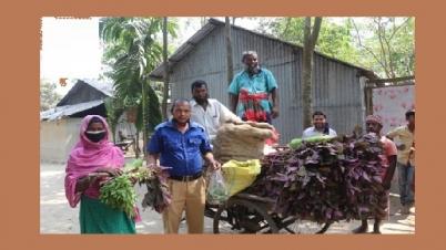 করোনা পরিস্থিতিতে শাকসবজি দিচ্ছেন এক গ্রাম পুলিশ