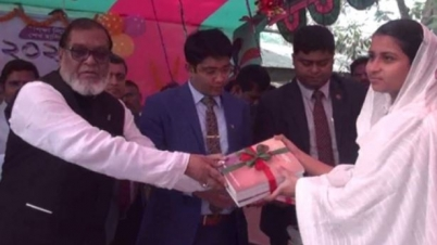 'বইয়ের সঙ্গে পোশাক ও খাবার পাচ্ছে শিক্ষার্থীরা'