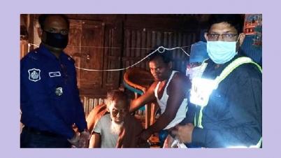 বানারীপাড়ায় গভীর রাতে খাবার নিয়ে বাড়িতে বাড়িতে ওসি