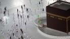 জীবাণুমুক্ত রাখতে মসজিদুল হারামে অত্যাধুনিক রোবট ব্যবহার